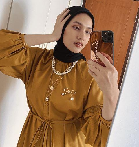 Selebgram Dwi Handayani tampilkan gaya hijab simpel. (Foto: Instagram @dwihandaanda)