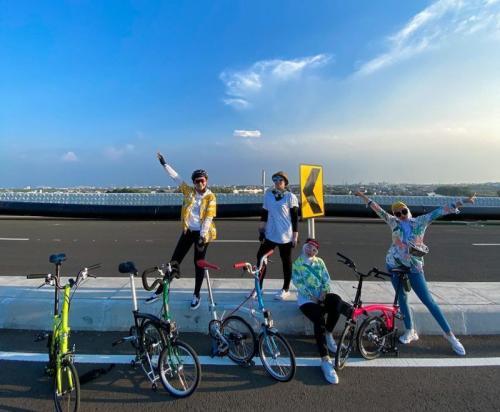 DJ Yasmin sepedaan dengan teman-temannya