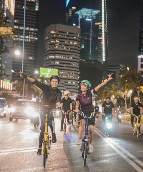 Vanessa Angel bersepedaan dengan teman-temannya