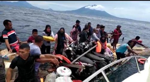 Penumpang KM Tujuh Putri tujuan Ternate yang karam di depan Desa Payo, Kecamatan Jailolo, Halmahera Barat, Maluku Utara, dievakuasi. (iNews/Ismail Sangaji)