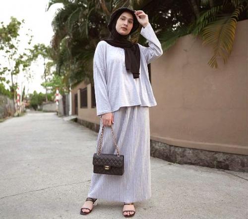 Dwi Handayani dengan gaya hijab modis. (Foto: Instagram @dwihandaanda)