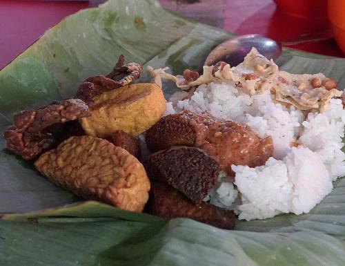 Nasi merupakan makanan pokok yang biasa dikonsumsi masyarakat Indonesia.