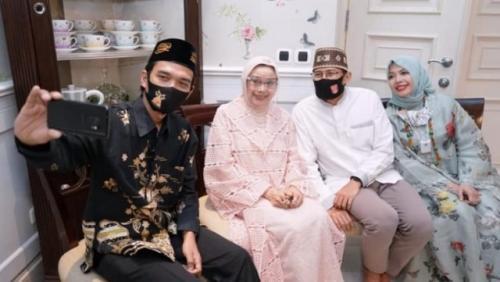 Ustadz Abdul Somad berfoto dengan Mien Uno, Sandiaga Uno, dan Nur Asiah. (Foto: Facebook Sandi Uno)