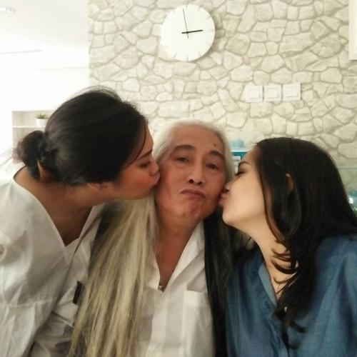 Gideon Tengker dan dua putrinya.