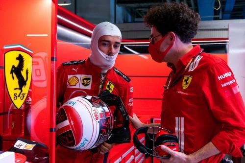 Charles Leclerc berbincang dengan Mattia Binotto (Foto: Scuderia Ferrari)