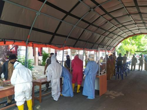 Ratusan pegawai Setda Kabupaten Cirebon jalani swab test massal. (Foto : Okezone.com/Fathnur Rohman)