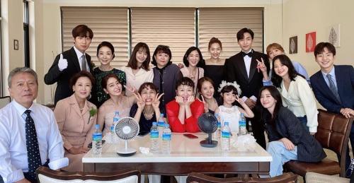 Lee Min Jung bersama aktor Once Again jalani syuting terakhir. (Foto: Instagram/@216jung)