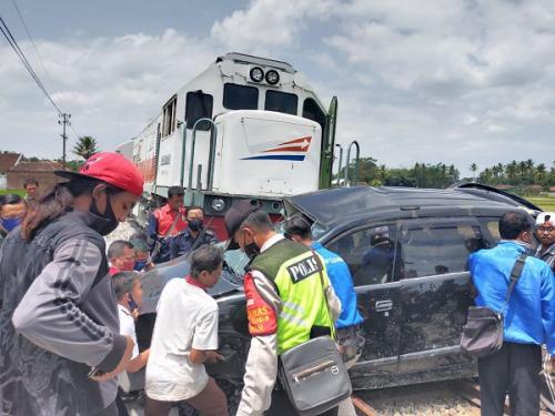 Kecelakaan maut antara KA Penataran Dhoho dan mobil minibus di Malang (Polsek Sumberpucung)