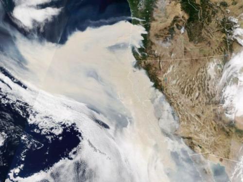 Satelit NASA menangkap asap mengepul akibat kebakaran hutan di Amerika Serikat. (Foto: NASA Earth Observatory)