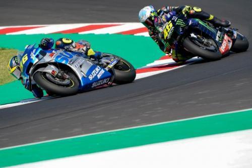 Joan Mir menyalip Valentino Rossi (Foto: MotoGP)