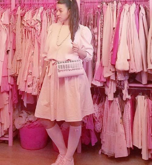 terobsesi warna merah muda