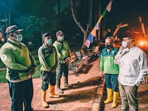 Anies berbincang dengan petugas di TPU Pondok Ranggon Foto Instagram Anies Baswedan