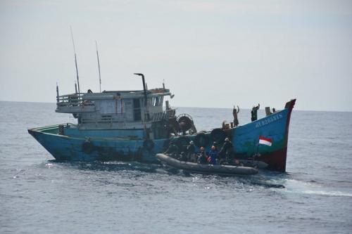 Kapal ikan asing berbendera Vietnam yang curi ikan di Natuna ditangkap KRI Usman Harun-359. (Dok Dispenal)