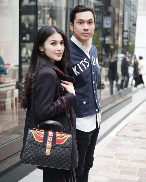 Sandra Dewi dan suami.