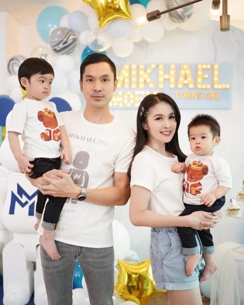 Dewi Sandra dan keluarga.