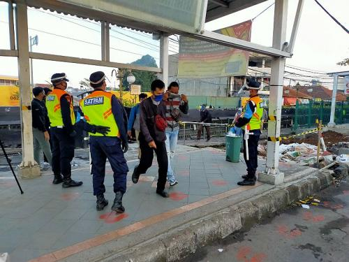 Penumpang KRL sudah tidak boleh lagi pakai masker scuba dan buff (Foto : Okezone.com/Putra RA)