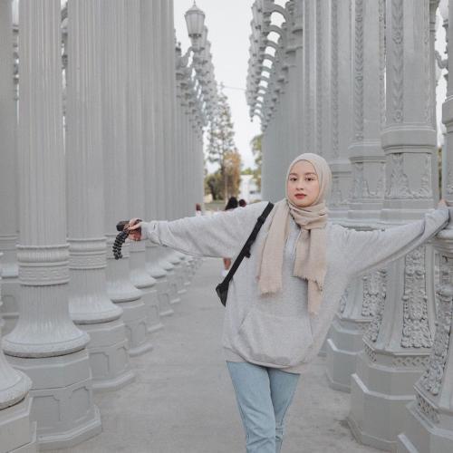 4 Gaya Hijab Simpel Kasual Ala Gita Savitri Kece Banget Okezone Lifestyle
