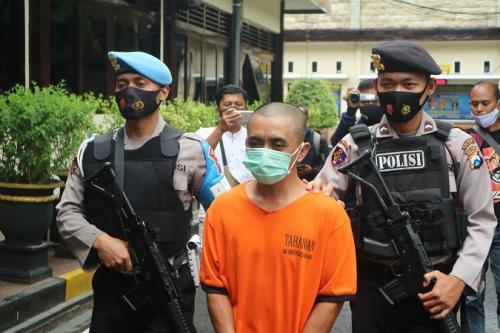 Mantan kades ditangkap karena korupsi dana desa hingga Rp609 juta. (Foto : Okezone.com/Avirista Midaada)