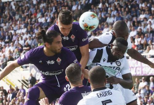 Nikola Milenkovic cukup andal dalam duel udara (Foto: Twitter/@acffiorentina)