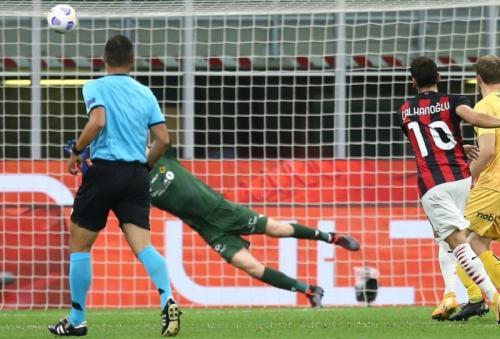 Hakan Calhanoglu samakan skor (Foto: AC Milan)