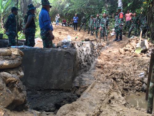 TNI Perbaiki Jalanan di Bengkulu (Demon)