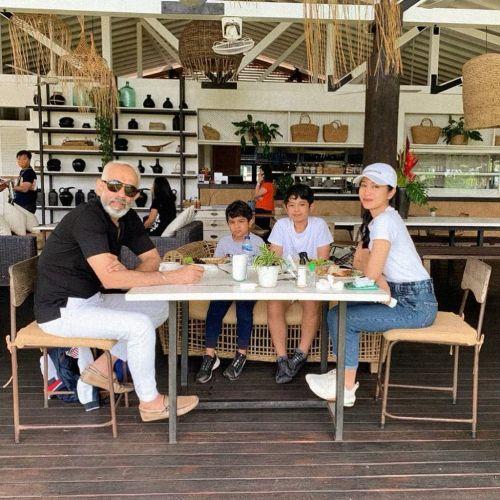 Bunga Zainal dan keluarga