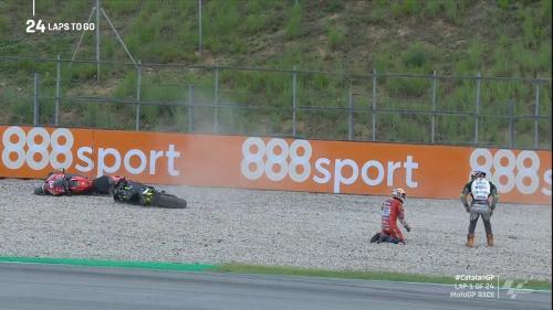 Andrea Dovizioso tersungkur di gravel (Foto: Twitter/@MotoGP)