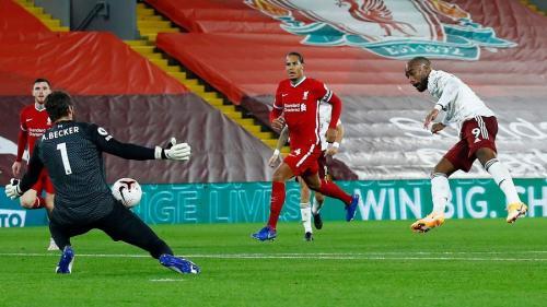Alexandre Lacazette vs Liverpool (Foto: Premier League)