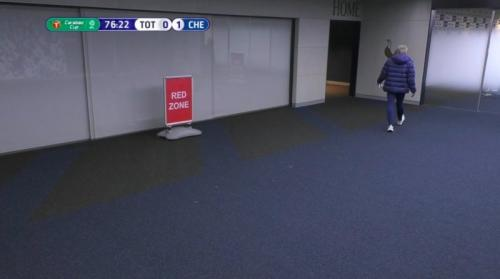 Jose Mourinho berlari ke ruang ganti (Foto: Twitter/@BleacherReport)