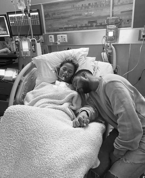 Chrissy Teigen dan John Legend. (Foto: Instagram/@chrissyteigen)