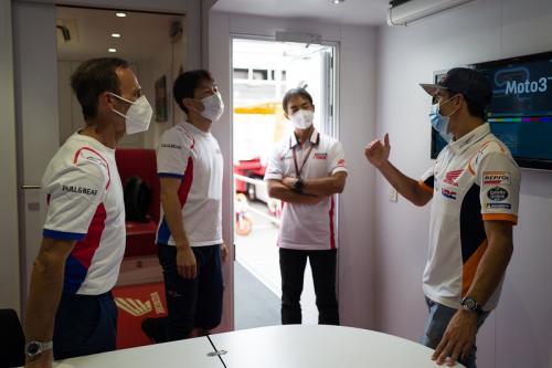 Marc Marquez mengunjungi garasi Repsol Honda (Foto: Twitter/@marcmarquez93)