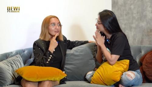 Indah Sari dan Dewi Perssik. (Foto: YouTube/Dewi Perssik)