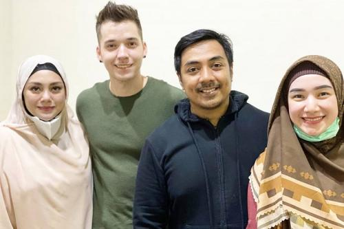 Ustadz Riza Muhammad bersama Stefan William dan Celine Evangelista.