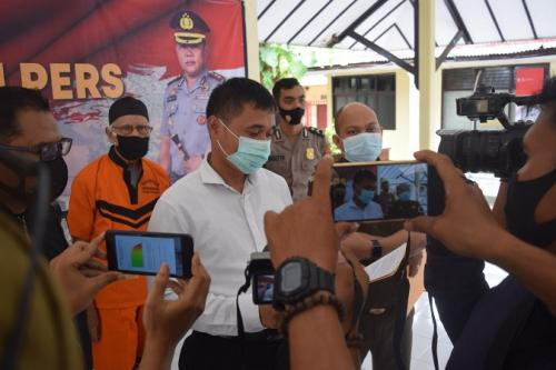Polres Pemalang rilis penangkapan tersangka kasus korupsi pupuk subsidi yang buron 6 tahun. (Foto : iNews/Suryono sukarno)