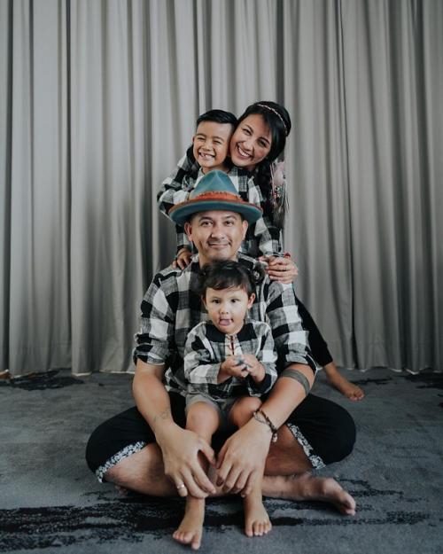 Sharena Delon dan keluarga.