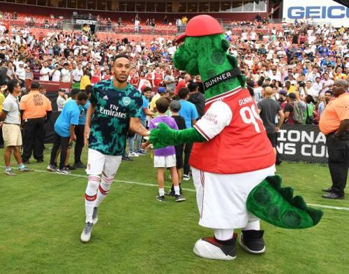 Gunnersaurus menyambut pemain Arsenal