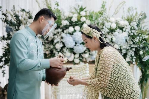 Zaskia Gotik dan Suami. (Foto: Vamos Fotografia)