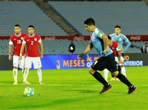 Penalti Luis Suarez membuka skor (Foto: Twitter/@Uruguay)