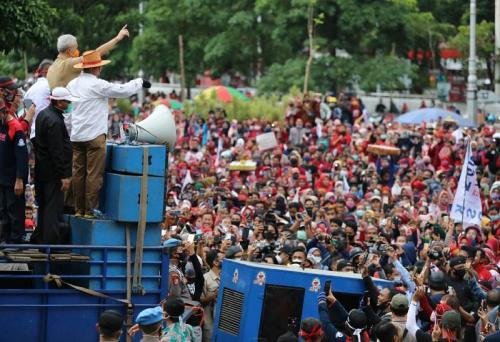 Ganjar Pranowo dangdutan bareng demonstran (Foto : Okezone.com/Taufik Budi)