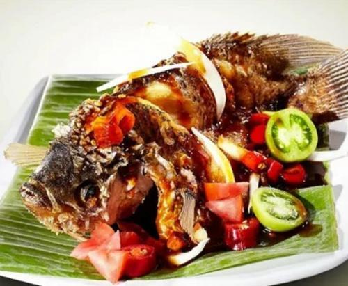 Untuk sajian makan malam, Anda mungkin bisa menghidangkan menu spesial Gurame Goreng Acar Kecap.