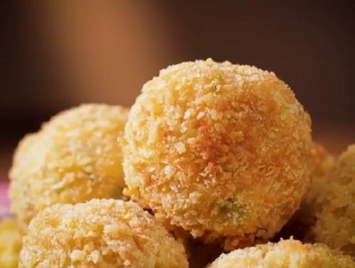 Untuk Anda yang menyukai hidangan udang, mungkin bisa mencicipi makanan yang satu ini, bola tahu udang.