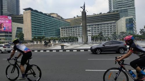 Meski tak ada CFD, warga tetap bersepeda di Bundaran HI, Jakarta, Minggu (18/10/2020). (Foto : Okezone/Fakhrizal Fakhri)