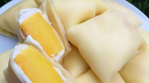 Buah mangga lezat dan segar saat dimakan sebagai camilan siang saat di rumah.