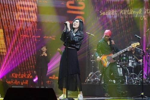 Isyana Sarasvati di panggung Mega Konser Dewa 19. (Foto; Instagram/@officialrcti)