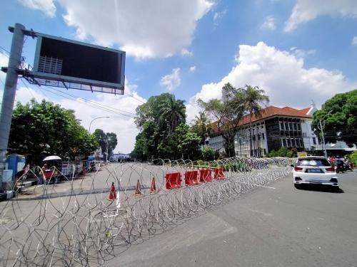 Jalan di sekitar Istana Bogor ditutup jelang demo dan kunjungan PM Jepang, Selasa (20/10/2020). (Foto : Okezone/Putra Ramadhani Astyawan)