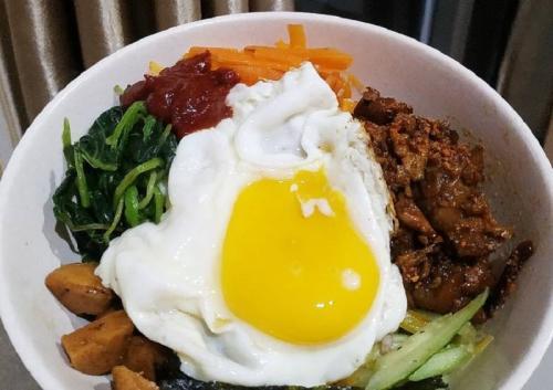 Bibimbap adalah masakan Korea berupa semangkuk nasi putih dengan lauk di atasnya.