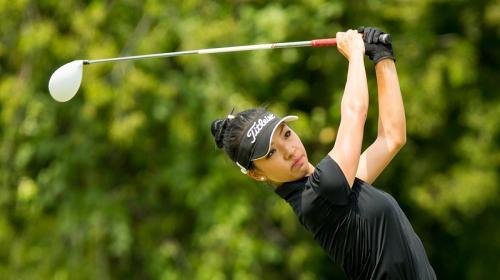 Aksi Lily Muni He mengayungkan stik golf