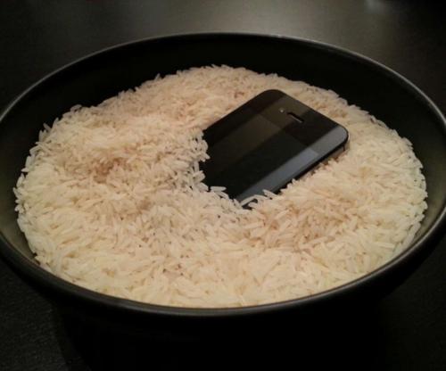Pada saat ponsel benar-benar kering, bisa jadi korosi akan merusak perangkat elektronik yang halus di dalam.