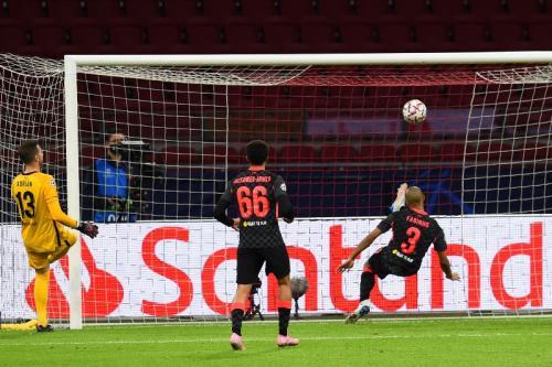 Sapuan bola Fabinho di garis gawang (Foto: Twitter/@LFC)