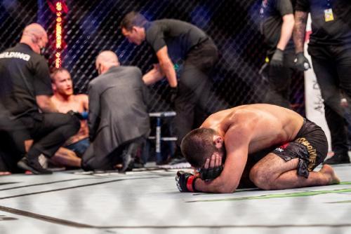Khabib Nurmagomedov diliputi perasaan emosional (Foto: Twitter/@UFC)